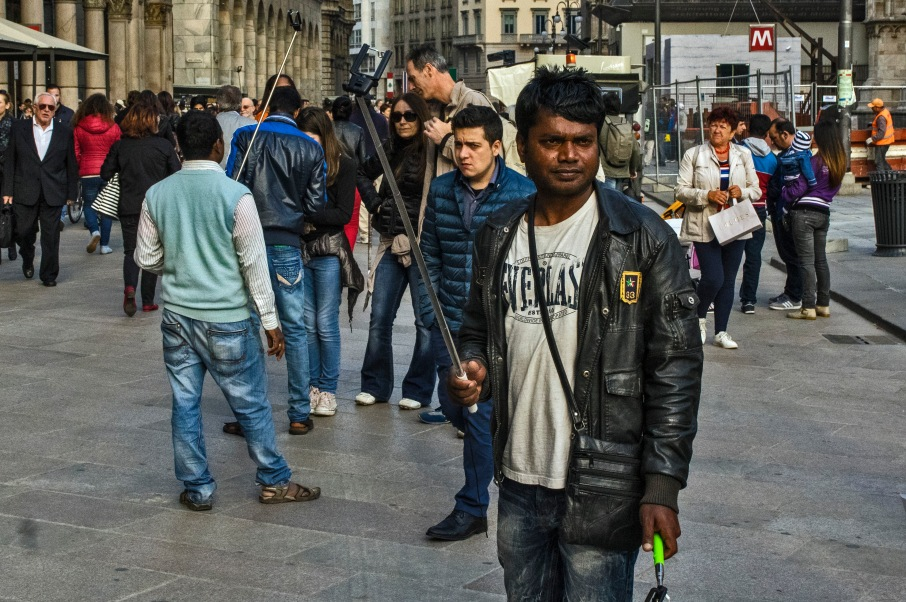 IT_150429 Italia_0254 Selfiekeppimyyjiä Miamin Piazza del Duomo