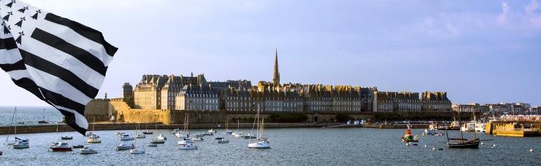 FR_150716 Ranska_0018 St-Malon linnoitettu vanha kaupunki mereltä Bretagnessa+GG_150715 Guernsey_0011 Bretagnen lippu veneessä Saint Peter Portin satamassa