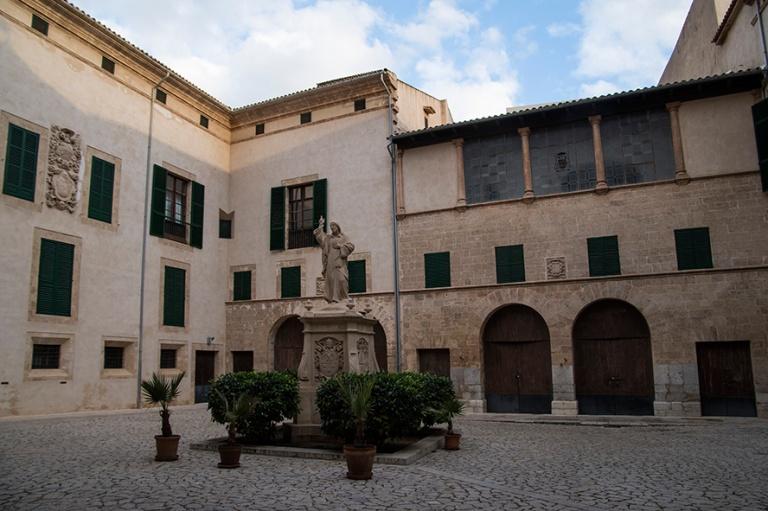 ES_171130 Espanja_0326 Palma de Mallorcan Piispanpalatsin piha