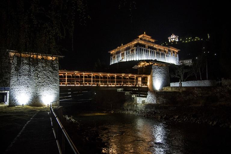 BT_180318 Bhutan_0367 Paron Dzong iltavalaistuksessa