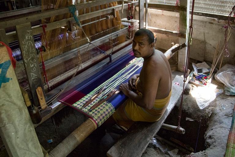 BD_180320 Bangladesh_0104 Sarikankaan kudontaa hindukylässä Ta