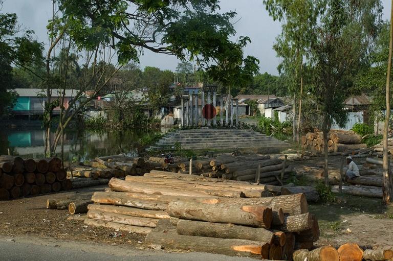 BD_180320 Bangladesh_0334 Puutyöverstas ja Shaheed Minar Bogran