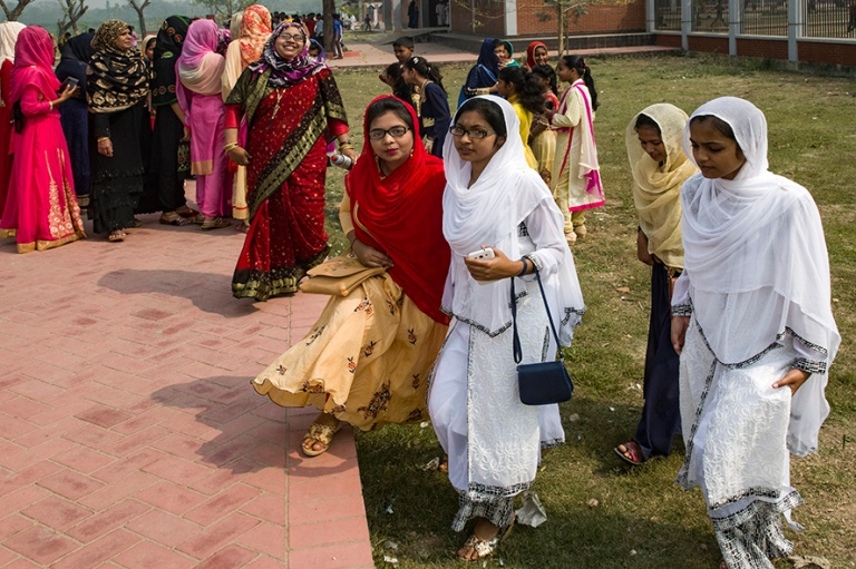 BD_180322 Bangladesh_0309 Juhlapukuisia naisia Paharpurin raunio