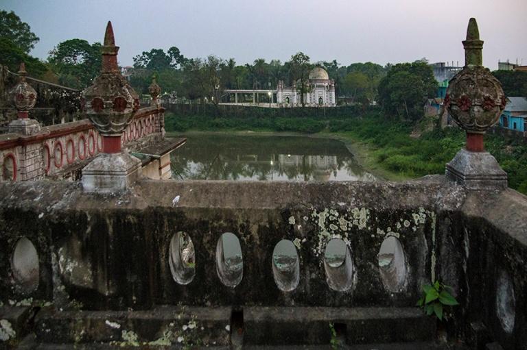 BD_180322 Bangladesh_0674 Hieman rapistunut kartano ja moskeija