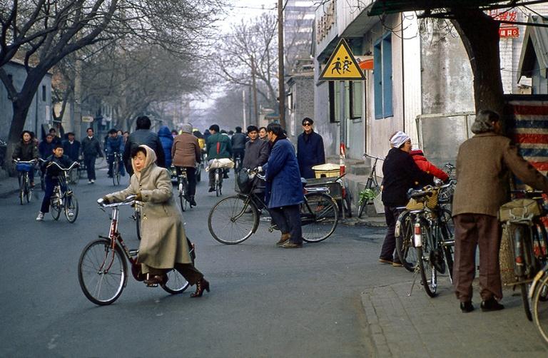 CN125714 Kiina Pyöräilijöitä Pekingisssä 1992
