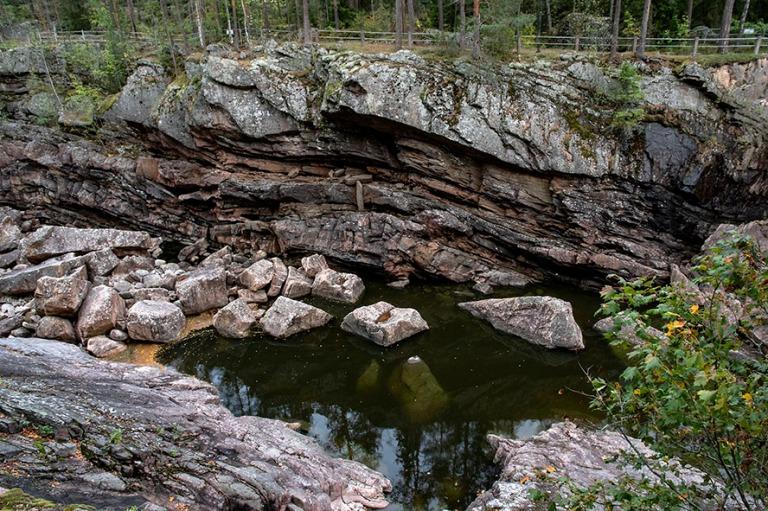 FI_180921 Suomi_0157 Vuoksen kuluttamaa Imatrankosken kalliota
