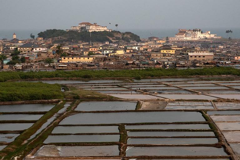 GH_190106 Ghana_0298 Elminan panoraamaa suola-altaille ja UNESCO