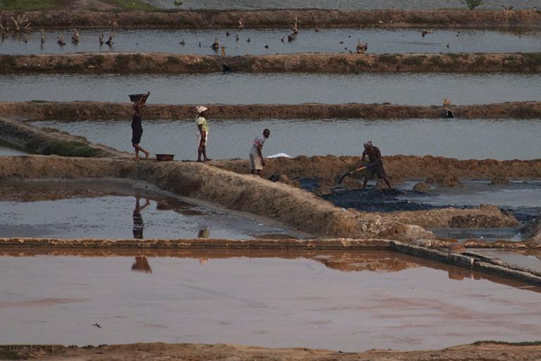 GH_190106 Ghana_0322 Työntekijöitä Elminan suola-altailla Cen