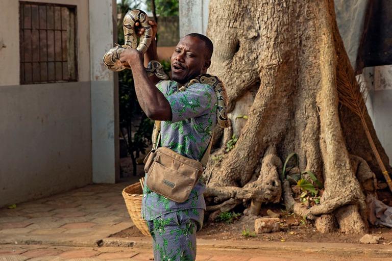 BJ_190110 Benin_0087 Ouidahin Pytontemppeliin opas pytonit kaula