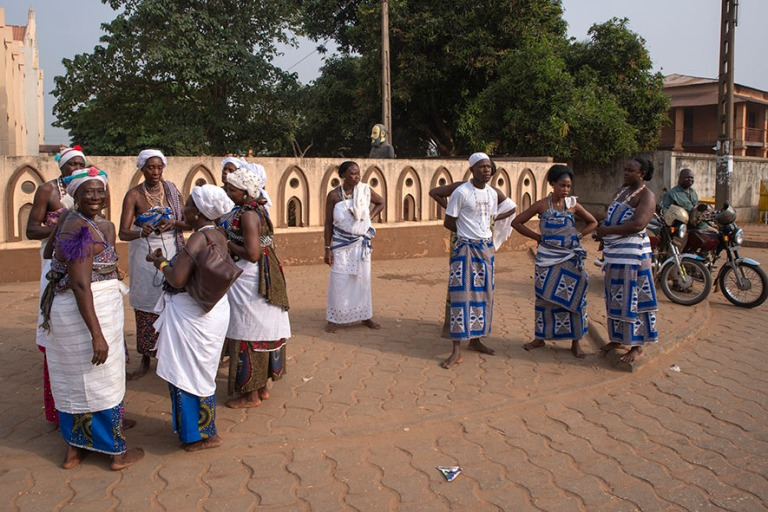 BJ_190110 Benin_0142 Voodoo-festivaaliväkeä Ouidahin keskustas