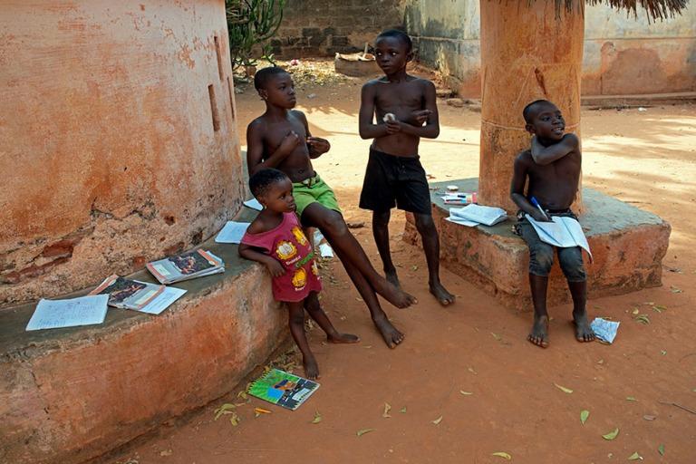 TG_190109 Togo_0411 Koulutöitä Togovillen kylässä