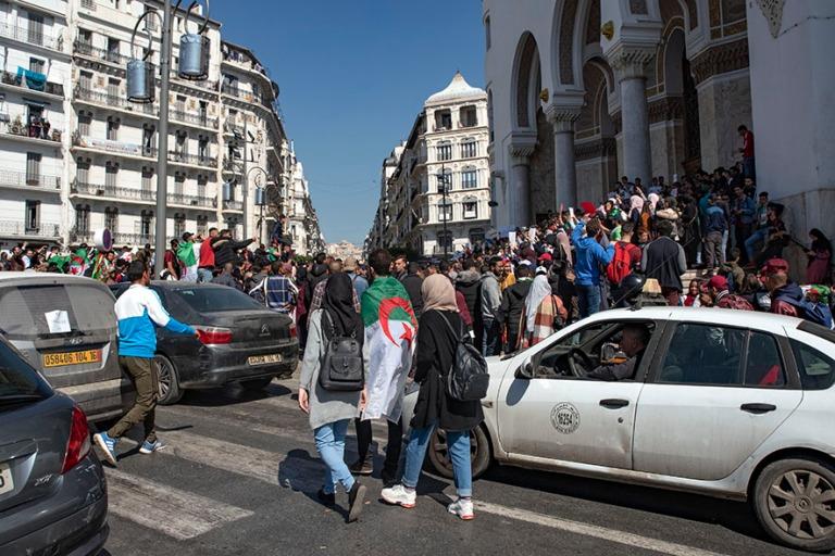 DZ_190312 Algeria_0282 Nuorison mielenosoitus Alger´n pääpost