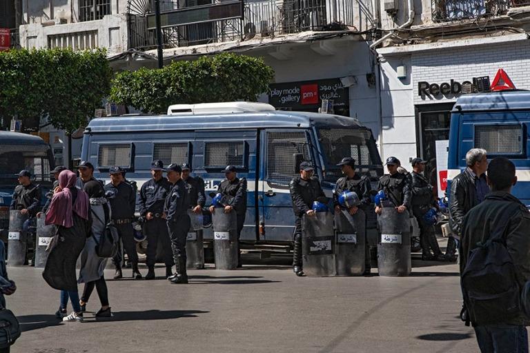 DZ_190312 Algeria_0329 Poliiseja Alger´n Rue Didouche Mouradill