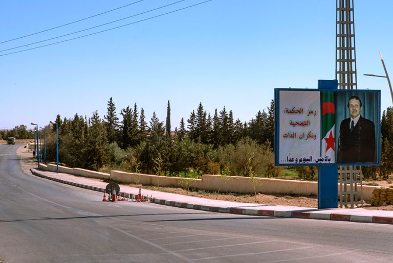 DZ_190315 Algeria_0221 Presidentti Bouteflika tervehtii maantiellä kulkijoita Laghouatissa