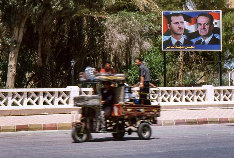 SY561611 Syyria Palmyrassa isän ja pojan silmien alla 2004
