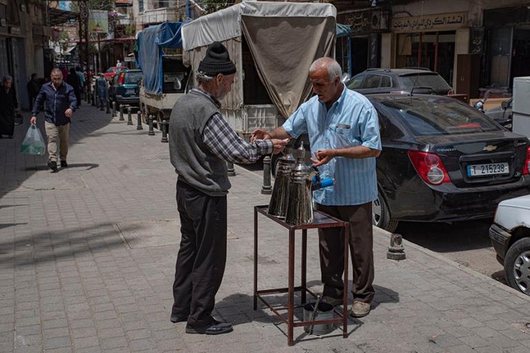 LB_190505 Libanon_0417 Kahvinmyyjä Tripolin vanhassa kaupungiss
