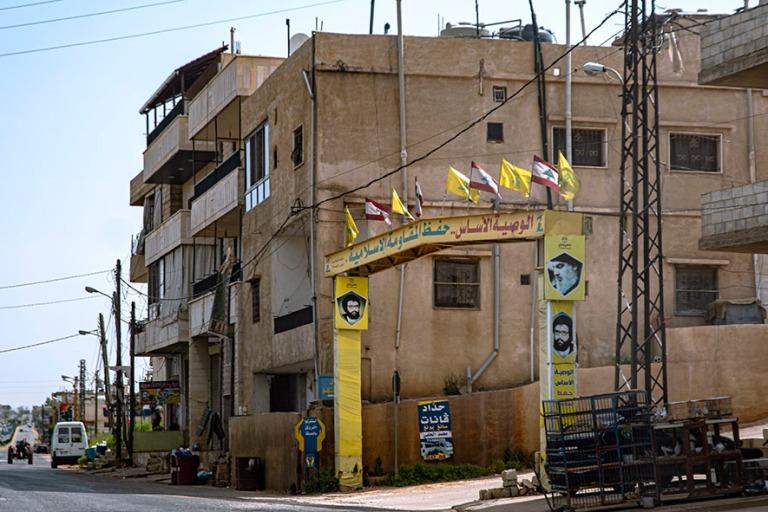 LB_190506 Libanon_0148 Hizbollahin lippuja Bekaan laaksossa
