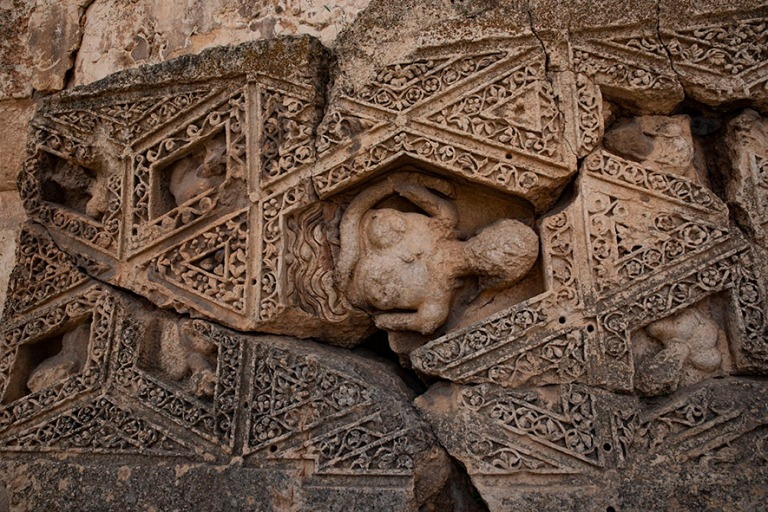 LB_190506 Libanon_0286 Baalbekin Bacchuksen temppelin seinäkuvi