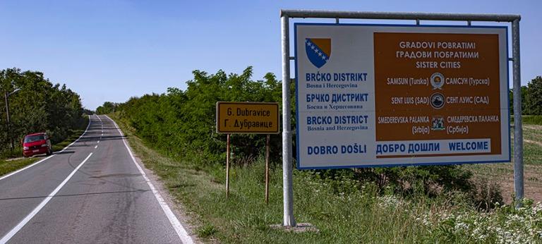 BA_190626 Bosnia-Hertsegovina_0023 Brčkon alueen nimikyltti Dub
