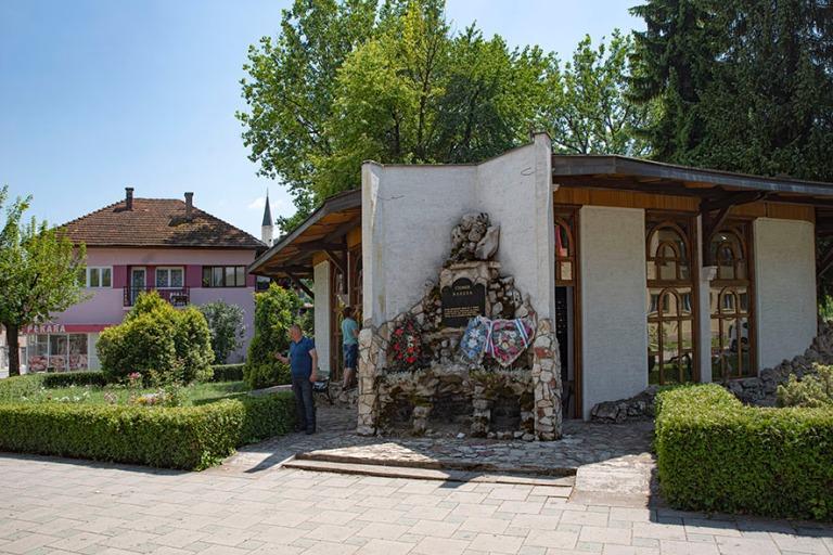 BA_190627 Bosnia-Hertsegovina_0043 Rogatican keskustaa Serbitasa
