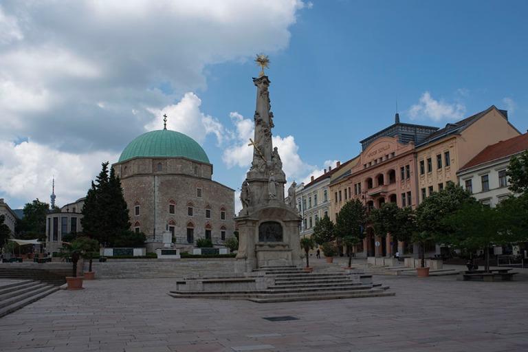HU_190625 Unkari_0030 Moskeijakirkko ja Pyhän hengen patsas Pé