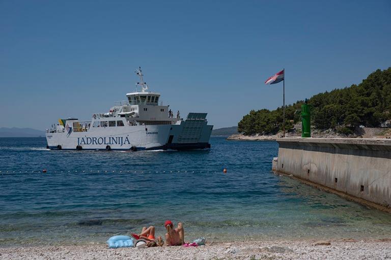 HR_190629 Kroatia_0027 Uimarantaa ja laivaliikennettä Drvenikis