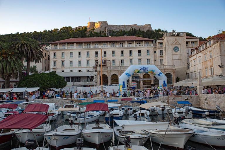 HR_190629 Kroatia_0261 Hvarin kaupungin satama, Loggia (Hotel Pa