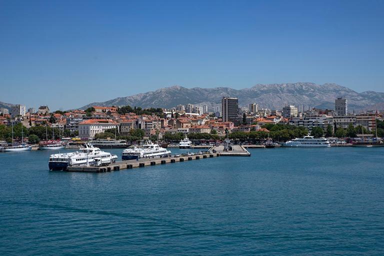 HR_190630 Kroatia_0098 Splitin kaupunkia mereltä
