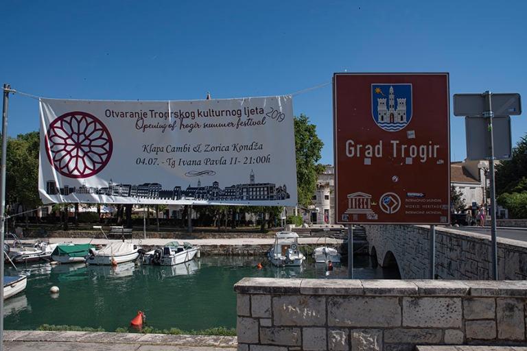 HR_190630 Kroatia_0240 Trogirin UNESCO-kylttii Dalmatiassa