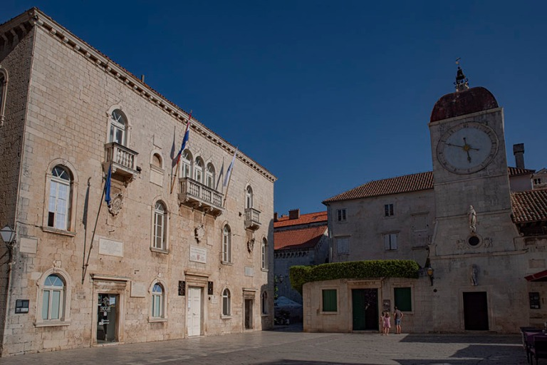 HR_190630 Kroatia_0321 Trogirin kaupungintalo ja Loggia Trg Ivan