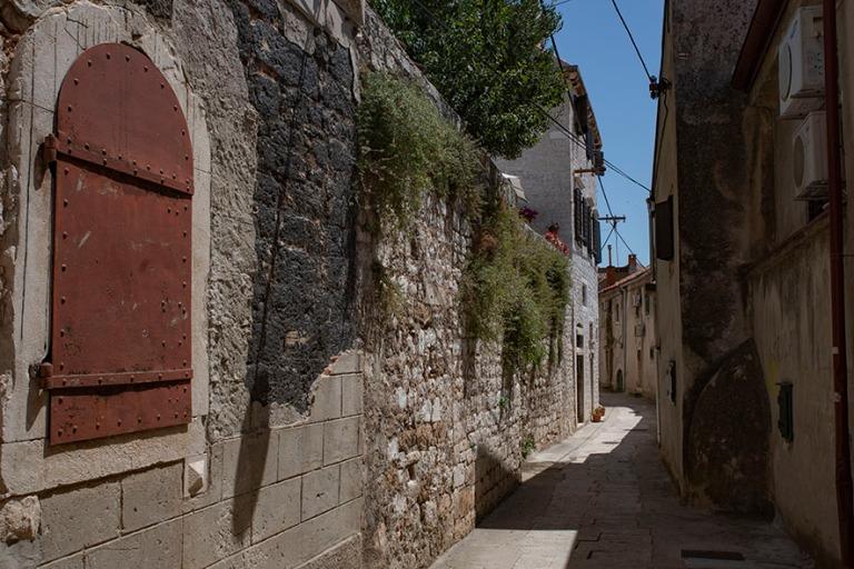 HR_190701 Kroatia_0103 Šibenikin vanhaa kaupunkia Dalmatian Ši