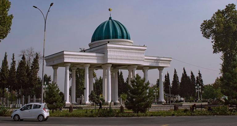 UZ_191101 Uzbekistan_0130 Andižanin Navoin puiston portti Ferga