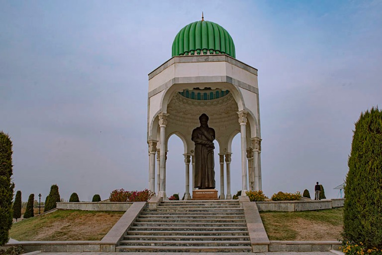 UZ_191101 Uzbekistan_0231 Ahmad Al Ferganin muistomerkki Quvassa