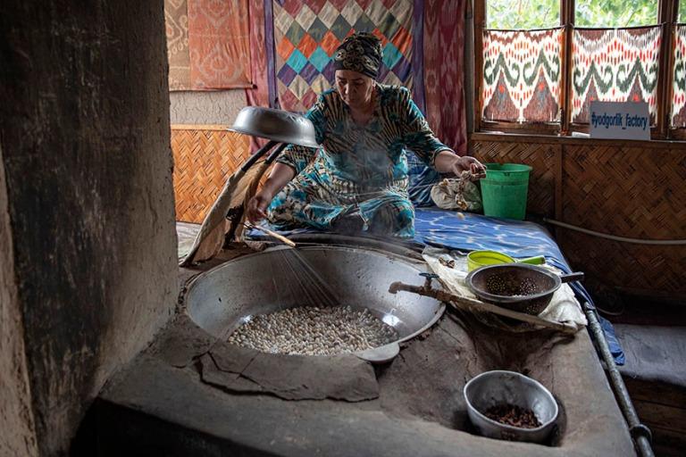UZ_191101 Uzbekistan_0286 Margilanin Yodgorlik fabrikasi-silkkit