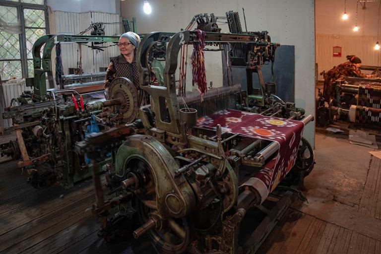UZ_191101 Uzbekistan_0370 Margilanin Yodgorlik fabrikasi-silkkit