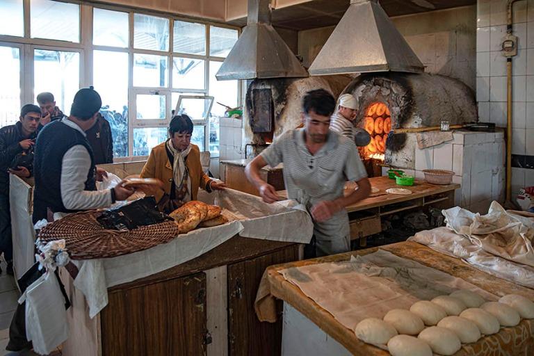 UZ_191106 Uzbekistan_0275 Taškentin Chorsu Bazaarin leipomo
