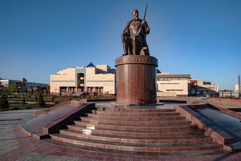 UZ_191105 Uzbekistan_0024 Runoilija Ájiniyazin patsas Nukusin t