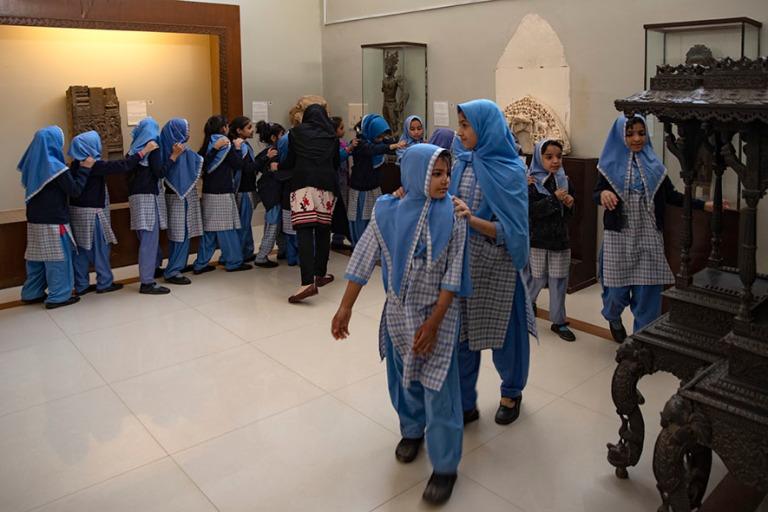 PK_200123 Pakistan_0123 Koululaisia Karachin kansallismuseossa S