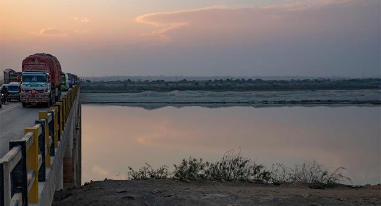 PK_200124 Pakistan_0552 Indusjoen ylitys Hyderabadissa Sindhin p