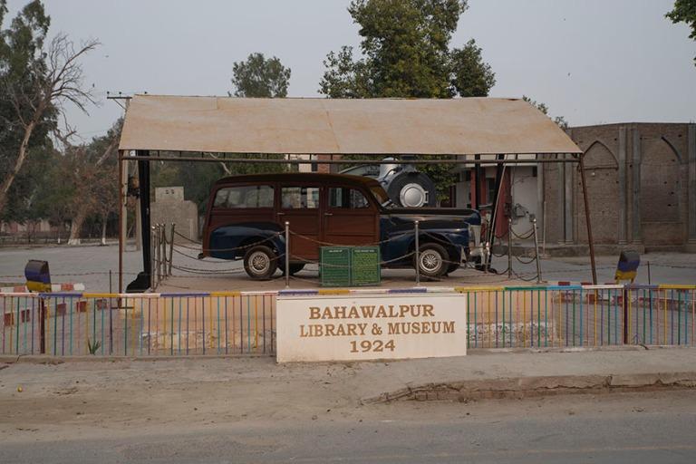 PK_200127 Pakistan_0160 Bahawalpurin kirjaston ja museon kyltti