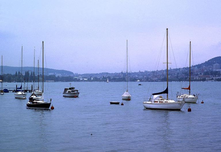 CH017836 Sveitsi Zürichinjärvi taustalla kaupunki 1983
