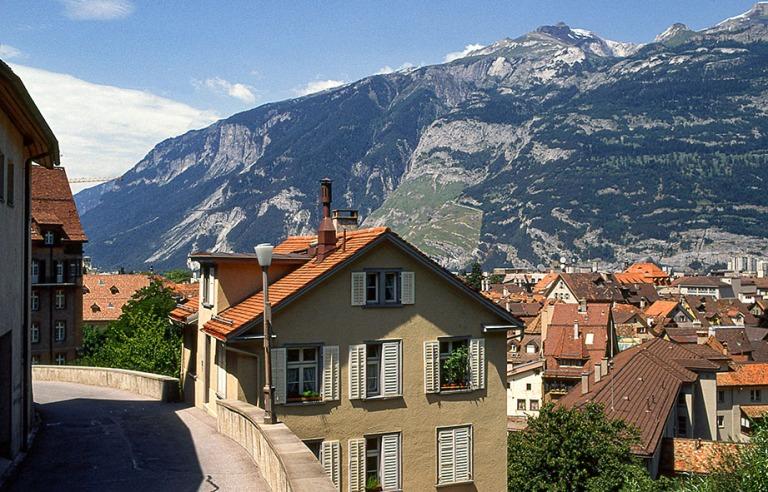 CH052702 Sveitsi Vuoristomaisemaa Churista Graubündenin kantoni