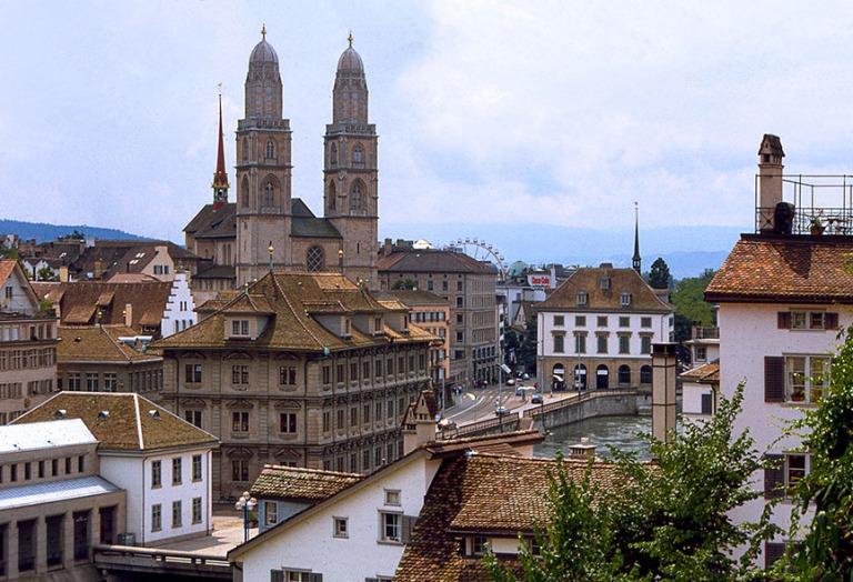 CH281001 Sveitsi Zürichin panoraamaa Grossmünsterille 1997