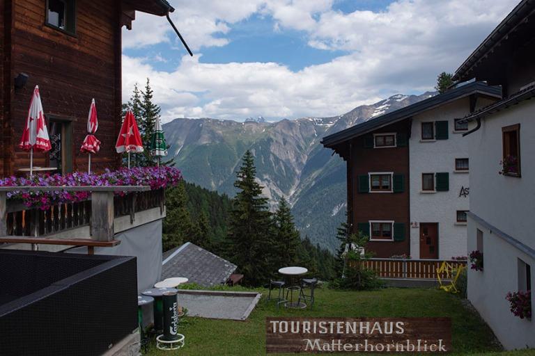 CH_190708 Sveitsi_0303 Bettmeralpin alppikylän Matterhornblick