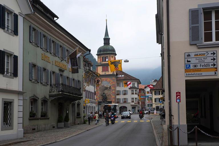 CH_190709 Sveitsi_0016 Altdorfin Tellsgasse Raatihuoneen aukioll