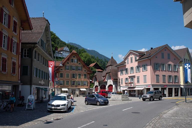 CH_190710 Sveitsi_0105 Sarnenin Dorfplatz Obwaldenin kantonissa