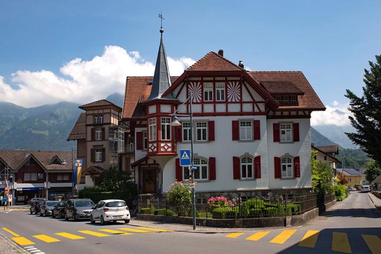 CH_190710 Sveitsi_0136 Sarnenin Bahnhofstrassen Grossgassen kulm