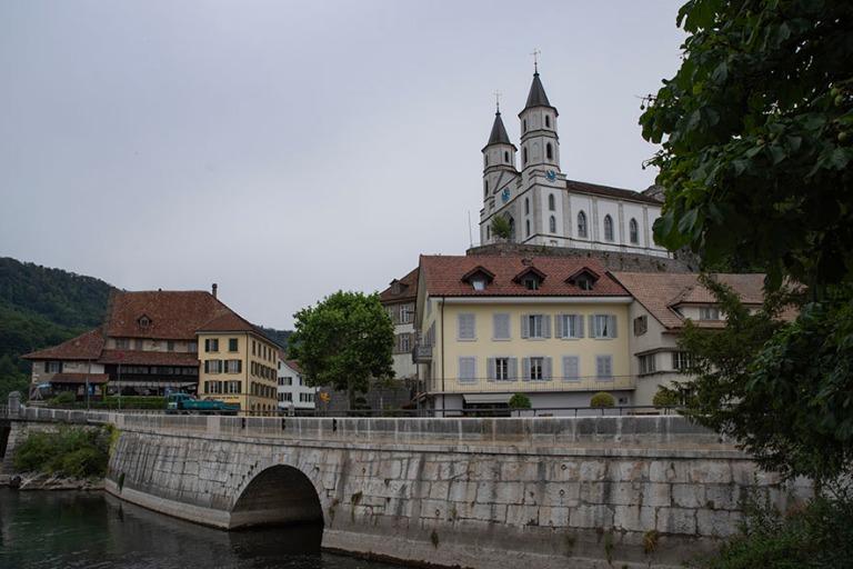 CH_190711 Sveitsi_0016 Aarburgin reformoitu kirkko kaupungin yll
