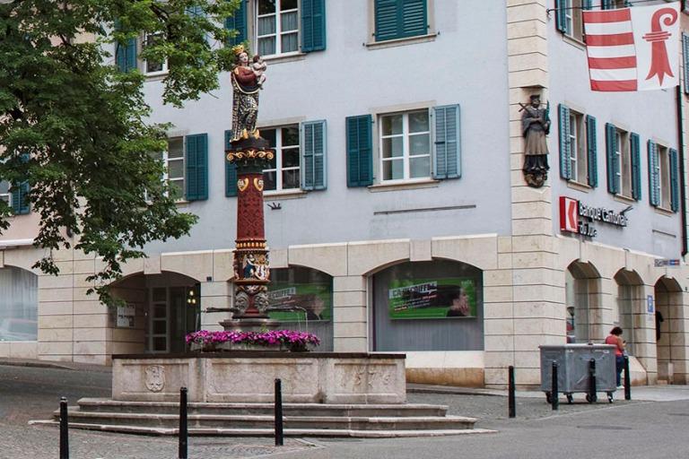 CH_190711 Sveitsi_0122 Delémontin Neitsyt Marian suihkulähde (