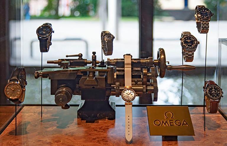 CH_190711 Sveitsi_0237 Chaux-de-Fondsin Kansainvälisen kellomuseon aula Neuchâtelin kantonissa_2